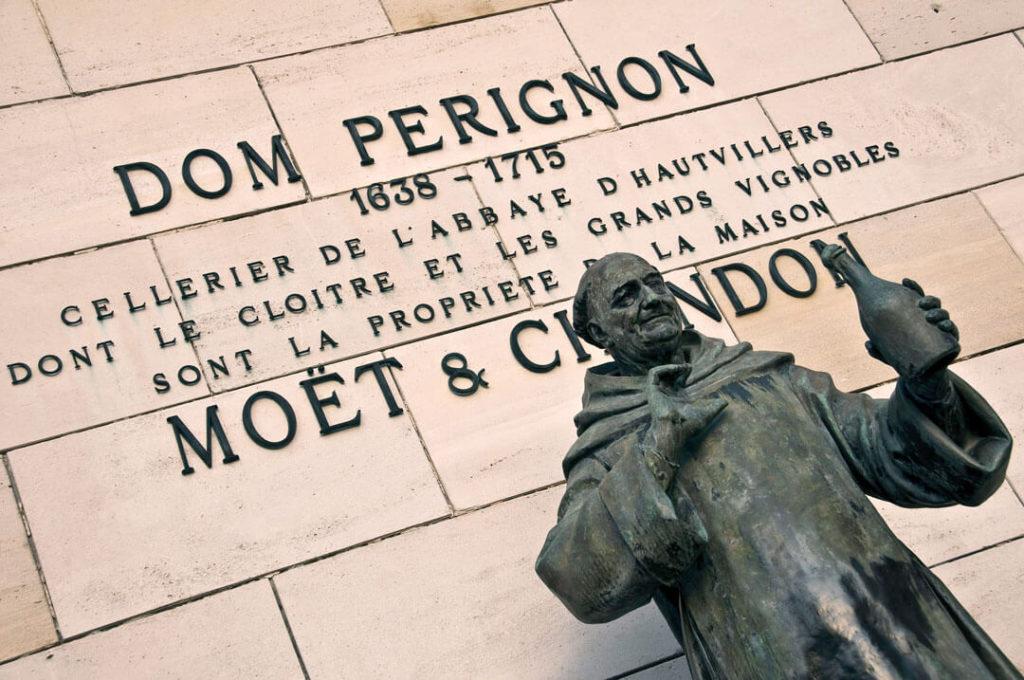 Dom Perignon som staty