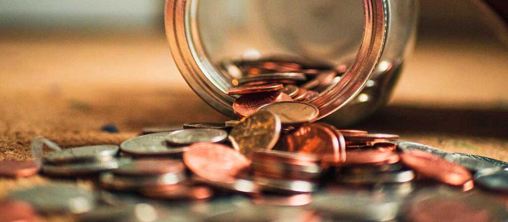 mynt som hällts ut ur en glasburk