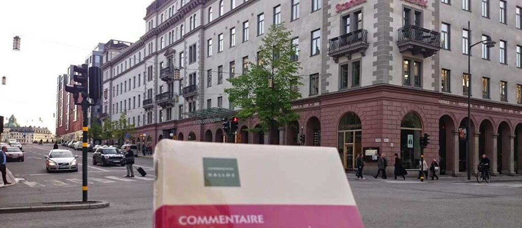 bok med hotellfasad i bakgrunden
